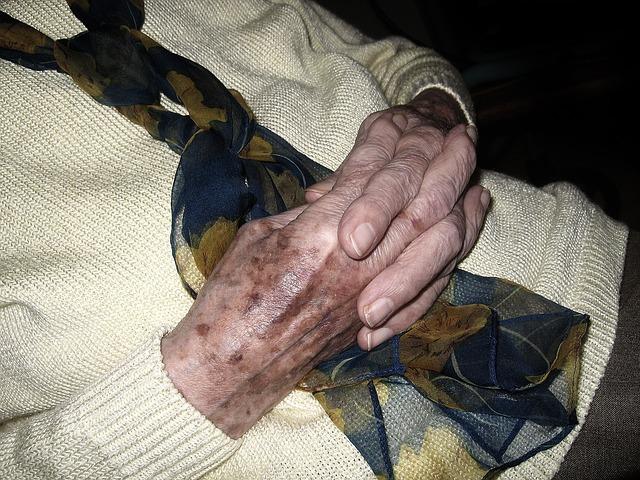 ruce důchodkyně