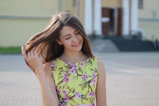 dívka v žlutých šatech