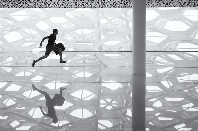 běžící muž po skleněné podlaze