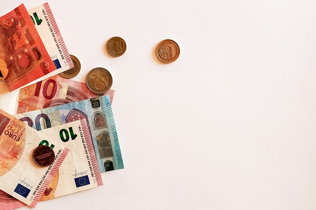 rozložené peníze na bílém podkladu