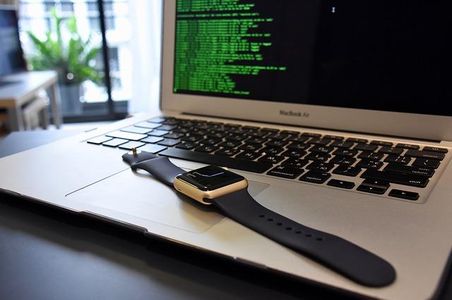 Hodinky leží na klávesnici notebooku.jpg