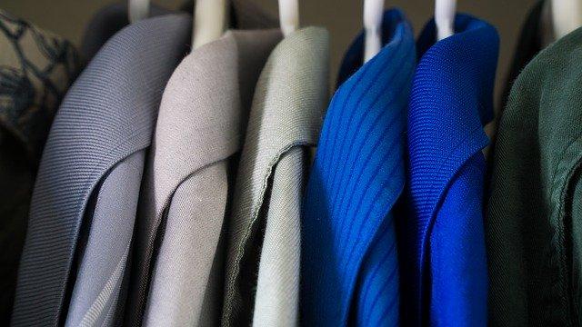 kabáty na ramínkách ve skříni