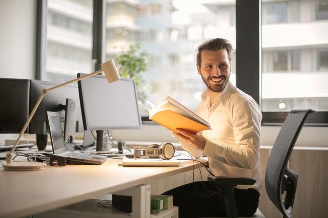 muž v kanceláři, pracovní stůl