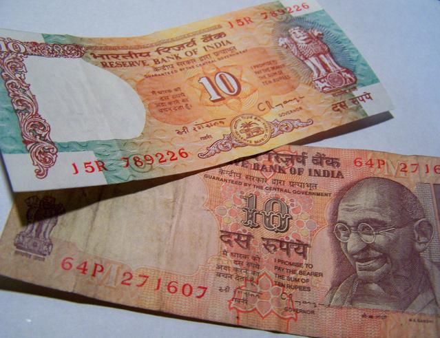 indické bankovky na stole