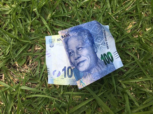 modrá bankovka na trávníku